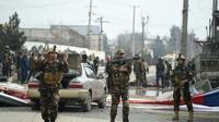 Des forces de sécurités afghanes bouclent un périmètre attaqué à Kaboul, le 02 mars 2018 [WAKIL KOHSAR / AFP/Archives]