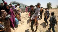 Des militaires irakiens aident des familles à fuir Fallouja le 27 mai 2016 [AHMAD AL-RUBAYE / AFP/Archives]