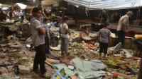 Des Syriens au milieu des décombres après des tirs attribués à des rebelles le 4 juin 2016 à al-Midan dans la banlieue d'Alep [George Ourfalian / AFP/Archives]