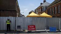 Des policiers à l'oeuvre à Salisbury, près de Londres pour découvrir la source de l'empoisonnement à l'agent innervant Novitchok d'un couple britannique, le 7 juillet 2018 [NIKLAS HALLE'N / AFP]