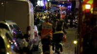Les secours se précipitent vers le Bataclan le 13 novembre 2015 à Paris [KENZO TRIBOUILLARD / AFP]
