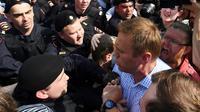 L'opposant russe Alexeï Navalny interpellé lors d'une manifestation anti-POutine à Moscou, le 5 mai 2018 [Kirill KUDRYAVTSEV / AFP]