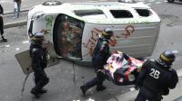 """Une camionnette vandalisée à Paris pendant la manifestation des """"antifascistes"""" à la mémoire du militant d'extrême gauche Clément Méric le 4 juin 2016 [DOMINIQUE FAGET / AFP]"""