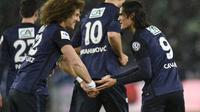 L'attaquant du PSG Edinson Cavani (d) fête un but avec son coéquipier David Luiz en quarts de finale de la Coupe de France, le 2 mars 2016 à Geoffroy-Guichard  [PHILIPPE DESMAZES / AFP]
