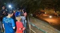 Des visiteurs dans la grotte de Thamluang, rouverte au public, le 1er novembre 2019 en Thaïlande [Handout / Chiang Rai Provincial Public Relations Office/AFP]