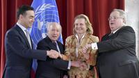 Le ministre macédonien des Affaires étrangères Nikola Dimitrov, l'émissaire de l'ONU Matthew Nimetz, les chefs de la diplomatie autrichienne Karin Kneisslet grecque Nikos Kotzias à Vienne, le 30 mars 2018 [HERBERT NEUBAUER / APA/AFP]