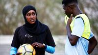 La Soudanaise Salma al-Majidi, première coach d'un club de foot, parle avec un joueur du club régional Al-Ahly, le 17 février 2018 à Al-Gadaref, à l'est de Khartoum [ASHRAF SHAZLY / AFP]