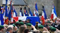 Le cercueil de Cédric de Pierrepont, l'un des deux militaires tués au Burkina Faso, entre dans l'église Notre-Dame de Larmor-Plage, dans le Morbihan, le 15 mai 2019 [Damien MEYER / AFP]