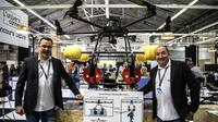 """Les inventeurs et participants au concours Lépine Jacques Pitou (à droite) et Pierrick Duret (à gauche) posent à côté de leur invention, un """"drone bombardier"""", le 30 avril 2019 [Christophe ARCHAMBAULT / AFP/Archives]"""