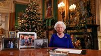 Cette photo publiée le 24 décembre 2019 montre la reine Elizabeth II posant après avoir enregistré son message annuel de Noël, au château de Windsor, à l'ouest de Londres [Steve Parsons / POOL/AFP]