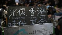 """""""Libérez Hong Kong"""", peut-on lire sur une pancarte placée sur un chariot à bagages à l'aéroport de Hong Kong, où des manifestants prodémocratie ont entamé un sit-in le 9 août 2019 [Anthony WALLACE / AFP]"""