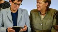 La président du parti chrétien-démocrate allemand (CDU) Annegret Kramp-Karrenbauer et la chancelière Angela Merkel à Leipzig le 21 novembre 2019 [Tobias SCHWARZ                      / AFP]