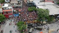 """Vue aérienne de la """"caravane"""" humaine de migrants honduriens, à la frontière entre le Guatemala et le Mexique, à Tecun Uman, au Guatemala, le 19 octobre 2018 [Carlos ALONZO / AFP]"""