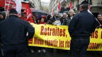 Des militants CGT manifestent le 16 octobre 2015 en face des locaux du Medef à Paris où ont lieu des négociations sur l'avenir des retraites complémentaires [PATRICK KOVARIK / AFP]