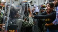 Amelia Belisario, député de l'opposition, se heurte aux forces de la garde nationale lors d'une manifestation devant la Cour suprême, le 30 mars 2017 à Caracas [JUAN  BARRETO / AFP]