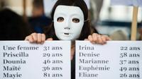 Une femme tient un panneau qui énumère les noms des victimes de féminicides en France pour les onze premiers mois de 2019, lors d'une manifestation à Marseille, le 23 novembre 2019 [CLEMENT MAHOUDEAU / AFP/Archives]