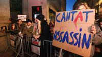 Manifestants hostiles à la tenue d'un concert du chanteur Bertrand Cantat, mardi 13 mars 2018 à Grenoble. [PASCAL GUYOT / AFP]