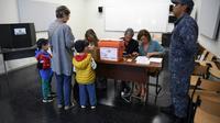 Electeurs dans un bureau de vote à Montevideo, jour de l'élection présidentielle, le  24 novembre 2019 [EITAN ABRAMOVICH / AFP]