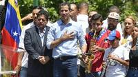 L'opposant Juan Guaido (c) lors d'un rassemblement de ses partisans, le 6 avril 2019 à Caracas [MATIAS DELACROIX / AFP]