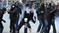 Des casseurs lancent des pierres lors de la manifestation contre la loi travail le 14 juin 2016 à Paris [DOMINIQUE FAGET / AFP]