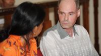 Le Français François Giuily, arrêté en janvier, discute avec un interprète au tribunal de Denpasar, sur l'île indonésienne de Bali, le 10 avril 2014 [Sonny Tumbelaka / AFP]