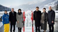 Le président chinois Xi Jinping et la présidente de la Confédération helvétique Doris Leuthard lancent une année du tourisme sino-helvétique près d'un panda de glace dans la station de ski de Davos le 17 janvier 2017 [LAURENT GILLIERON / POOL/AFP]
