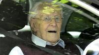 Oskar Gröning, 96 ans, ancien SS et comptable d'Auschwitz, quitte le tribunal de Lueneburg après le verdict dans son procès, le 15 juillet 2017 [TOBIAS SCHWARZ / AFP/Archives]