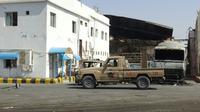 Les forces pro-gouvernementales stationnent devant une usne, dan sle port yéménite d'Hodeida, le 13 novembre 2018 [STRINGER / AFP]