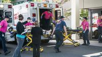 Des victimes de la fusillade sont transportées aux urgences à Mercy Medical Center à  Roseburg, dans l'Oregon, le 1er octobre 2015 [Aaron Yost / The News-Review/AFP]