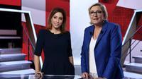 """Marine Le Pen en compagnie de la journaliste Léa Salamé sur le plateau de """"L'Emission politique"""" sur France 2, à Paris le 19 octobre 2017 [Philippe LOPEZ / AFP]"""