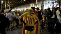 Un homme déguisé en super-héros aux couleurs du drapeau catalan, le 27 septembre 2015 alors que les indépendantistes fêtent leur victoire à Barcelone [Jorge Guerrero / AFP]