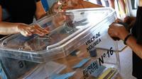 A la mi-journée, la participation dans le référendum pour ou contre l'indépendance de la Nouvelle-Calédonie était largement supérieure à celle pour les élections provinciales de 2014 à la même heure [Theo Rouby / AFP]