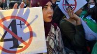 Des étudiants manifestent contre l'extension du quatrième mandat d'Abdelaziz Bouteflika, le 12 mars 2019 à Alger [RYAD KRAMDI                         / AFP]