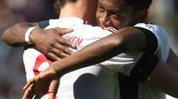 Le défenseur autrichien du Bayern David Alaba félicite son coéquipier Robert Lewandowski après un but face à Ingolstadt le 7 mai 2016. [CHRISTOF STACHE / AFP]