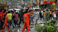 Des habitants dans les rues après un séisme à Mindanao en février 2017 aux Philippines [ERWIN MASCARINAS / AFP/Archives]