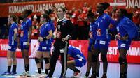 Les joueuses de l'équipe de France de handball dépitées après leur défaite face au Danemark au Mondial, le 6 décembre 2019 à Kumamoto au Japon  [CHARLY TRIBALLEAU / AFP]