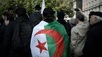 Un homme arbore le drapeau algérien lors d'une manifestation à Alger, le 24 octobre 2019 [Philippe LOPEZ / AFP/Archives]