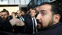 Alexandre Benalla assurant la sécurité d'Emmanuel Macron au salon de l'Agriculture, le 24 février 2018 [Ludovic MARIN / POOL/AFP/Archives]