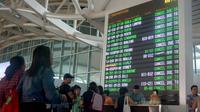 Des touristes bloqués à l'aéroport Ngurah Rai à Denpasar, sur l'île de Bali, le 29 juin 2018, après l'éruption d'un volcan [GEDE ARDIASA / AFP]