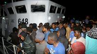 Des migrants arrivent à une base navale après avoir été secourus en mer, le 24 juin 2018 à Tripoli, en Libye [MAHMUD TURKIA / AFP]