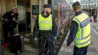 Des policiers suédois se préparent à inspecter un train à Malmö en 12 novembre 2015 [STIG-AKE JONSSON / TT NEWS AGENCY/AFP]