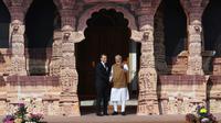Le Premier ministre indien Narendra Modi (D) accueille le président français Emmanuel Macron pour le sommet fondateur de l'Alliance solaire internationale à New Delhi, le 11 mars 2018 [Prakash SINGH / AFP]