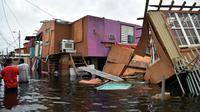 Maisons détruites et rue inondée à Juana Matos, sur l'île de  Porto Rico, le 21 septembre 2017 après le passage de l'ouragan Maria [HECTOR RETAMAL / AFP]