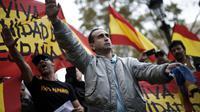 Des manifestants contre l'indépendance de la Catalogne effectuent des saluts fascistes, le 1er octobre 2017 à Barcelone [PAU BARRENA / AFP/Archives]