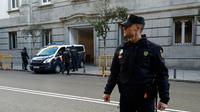 Un fourgon de police transportant des leaders séparatistes catalans arrive à la Cour suprême à Madrid, le 1er décembre 2017 [OSCAR DEL POZO / AFP]