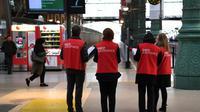 Des agents de la SNCF à la gare du Nord, à Paris, le 4 avril 2018 au deuxième jour de la grève des cheminots contre la réforme de la SNCF [CHRISTOPHE ARCHAMBAULT / AFP]