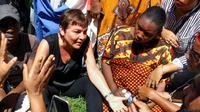 La ministre des Outre-Mer Annick Girardin dialogue avec des manifestantes à Mamoudzou après son arrivée lundi 12 mars à Mayotte. [Ornella LAMBERTI / AFP]