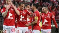 Les Brestois se congratulent après le but de Gaëtan Charbonnier contre Niort lors de la dernière journée de Ligue 2, le 10 mai 2019 au stade Francis Le Blé [Sebastien SALOM-GOMIS / AFP]