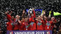 Les joueurs de Rennes soulèvent la Coupe de France le 27 avril 2019 au Stade de France [Anne-Christine POUJOULAT / AFP]