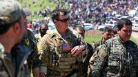 Un officier américain, de la coalition dirigée par les États-Unis, parle avec des combattants des unités de protection du peuple kurde (YPG) au nord-est de la ville kurde syrienne de Derik, connue sous le nom d'al-Malikiyah, le 25 avril, 2017 [DELIL SOULEIMAN / AFP]